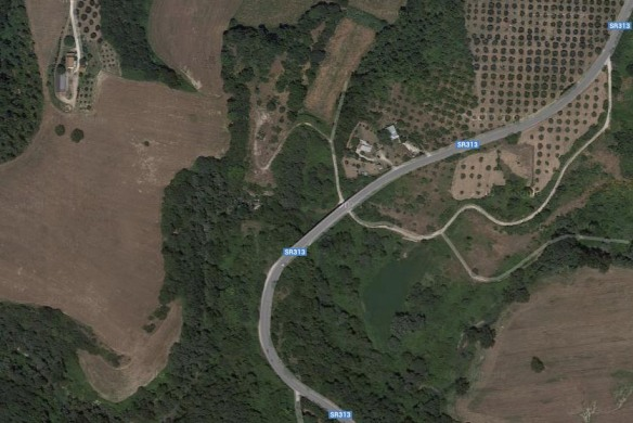 La Ternana, in alto c'è Colonnetta e in basso Ponte Sfondato. La strada bianca che passa sotto il viadotto è il vecchio tragitto...