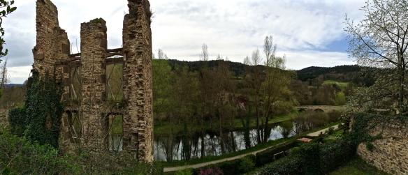 Nelle due foto, il villaggio di Lavadieu dalle rive della Senouire, e il fiume dall'alto del villaggio